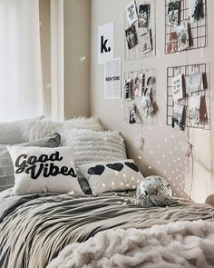 This amazing dorm room seems entirely terrific, have to keep this in mind the very next time I have a chunk of cash saved up. Cute Bedroom Ideas, Cute Room Decor, Teen Room Decor, Bedroom Themes, College Bedroom Decor, Dorm Rooms, Dorm Room Designs, Aesthetic Room Decor, Cozy Room