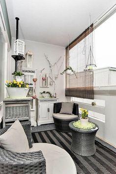 terrasse couverte avec des meubles en rotin en couleur argentée