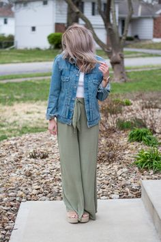 Back on the wide-leg trouser train in olive green linen pants, a white crop top, men's denim jacket, and nude flatform sandals to add some height. Olive Jeans, Olive Green Pants, Green Jeans, Jean Jacket Outfits, Denim Jacket Men, Men's Denim, Denim Jackets, Spring Outfits, Trendy Outfits