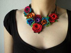 collar colorido floral declaración con por irregularexpressions