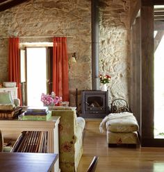 El entorno las acompaña. Si algo tienen las casas de campo es que siempre resultan naturales y confortables y en esto influyen tanto los elementos arquitectónicos de las construcciones como los...