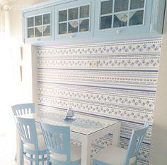 Duvar kağıdı dolaplar ve mutfak masasıyla harika bir uyum içinde..
