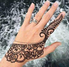 Hina on Hands Mehndi Designs For Beginners, Henna Designs Easy, Latest Mehndi Designs, Mehndi Designs For Hands, Henna Tattoo Ink, Simple Henna Tattoo, Henna Tattoo Designs, Mehandi Designs, Tattoo Ideas