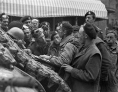Sergeant H. Robertson briefing personnel of The Governor General¿s Horse Guards, Arnhem, Netherlands, 15 April Photographer: Jack Smith. Library and Archives Canada MIKAN 3220432 Canadian Soldiers, Canadian Army, British Commandos, Operation Market Garden, War Image, Historical Pictures, Military History, World War Two, Wwii