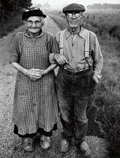 Black and White Vintage Photography: Take Photos Like A Pro With These Easy Tips – Black and White Photography Vieux Couples, Old Couples, Vintage Couples, Vintage Pictures, Old Pictures, Old Photos, 1920s Photos, Black White Photos, Black And White Photography