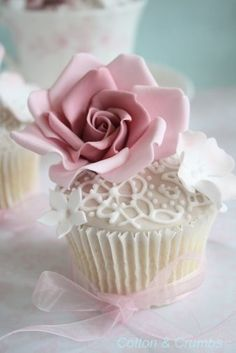 Cupcake rose et dentelle / Rose and lace cupcakes Flowers Cupcakes, Cupcakes Cool, Lace Cupcakes, Beautiful Cupcakes, Gorgeous Cakes, Wedding Cupcakes, Amazing Cakes, Happy Birthday Cupcakes, Birthday Cake