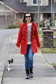 Duffle coat vermelho com suéter listrado (fazendo referência à moda navy) combinado a jeans skinny e galocha para encarar o frio e a chuva