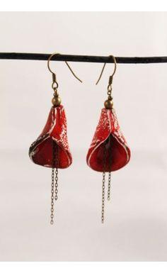 Boucle d'oreille en céramique couleur rouge - fait main http://eva-arlettaz.com/bijoux-artisanaux/145-boucle-doreille-en-ceramique-rouge.html