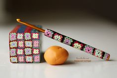 Granny Square Brain ⋆ Polka Dot Cottage Love this afghan cane and crochet hook made from polymer clay granny squares! You BUY the pattern, but so worth it for uniqueness, this is amazing! thanks so for share xox Polymer Clay Canes, Polymer Clay Projects, Polymer Clay Creations, Clay Crafts, Yarn Crafts, Beaded Crafts, Fimo Clay, Crochet Hook Case, Crochet Hook Sizes