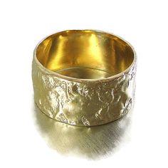 Goldring breiten Ehering poliert texturierte für Männer und Frauen von HadarWeddings auf Etsy https://www.etsy.com/de/listing/162747941/goldring-breiten-ehering-poliert