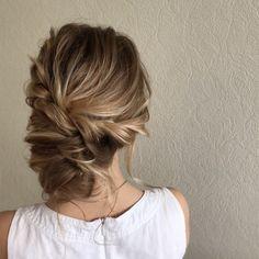 Updo wedding hairstyle | Swept back wedding hairstyles #weddinghair #weddinghairstyle #bridesmaidshair #hairstyles #bridalhairideas #weddinghairinspiration #weddinghairideas #beauty #updo #messyupdo
