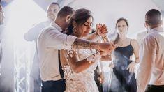 La fiesta de tu boda con temática pool party, kits de piscina, flotadores y mucha diversión. Wedding Dresses, Fashion, Bobbers, Dancing, Weddings, Party, Bride Dresses, Moda, Bridal Gowns
