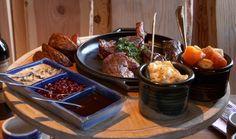Runsas ja herkullinen ruoka sekä huolella suunniteltu viikinkiteeman mukainen miljöö ovat Haraldin tavaramerkkejä, jotka yhdessä muodostavat ravintolakäynnistä elämyksellisen kokemuksen.   Raskaan - ja usein sotaisankin - arjen vastapainoksi olivat viikingit sangen persoja juhlistamaan eloaan pöydäntäytteitä säästelemättä. Siispä ympärille kutsuttiin hyviä ystäviä sekä runsain mitoin syötävää ja juotavaa! http://www.ravintolaharald.fi