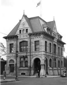 The old Niagara Falls Customs and Post Office, on the north-east corner of Zimmerman Ave and Park St, 4177 Park Street, Niagara Falls ON. Note that the street we know today as Zimmerman Ave was then called Clifton Ave. Kiwanis Collection Photo from the Niagara Falls Library archive circa 1919.