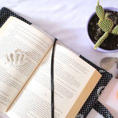Marcador no porta-livro para não perder páginas. ♔ #PortaLivro 'Coroas'♔ http://elo7.com.br/bolsa-livro-coroas/dp/5FCC74  #portalivro #portalivros #livros #portabíblia #papelaria #feitoàmão #tecidodealgodão  #protectbooks #book #bookcover #stationery #handmade #crafts