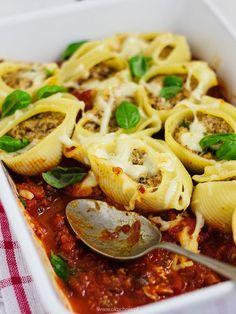 Muszle faszerowane mieloną wołowiną z ricottą, bundzem i pomidorowym pesto