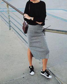 Athleisure: como inserir peças esportivas em seu look. Blusa com manga preta, saia lápis cinza, tênis esportivo preto