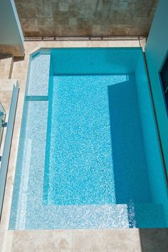 Small plunge pool fully tiled with Spanish glass mosiacs and travertine surrounds Mesh Pool Fence, Aluminum Pool Fence, Glass Pool Fencing, Fiberglass Swimming Pools, Swimming Pools Backyard, Swimming Pool Construction, Concrete Pool, Pool Builders, Plunge Pool
