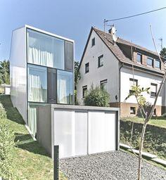 La House F est une maison de trois étages imaginée et réalisée par le cabinet d'architecture allemand Finckh Architekten.  L'originalité première de cette habitation vient de sa forme allongée avec un faible impact au sol. La transparence de la façade faite de verre ou de panneaux translucides en polycarbonate permet un système de chauffage passif, grâce à un vitrage haute performance
