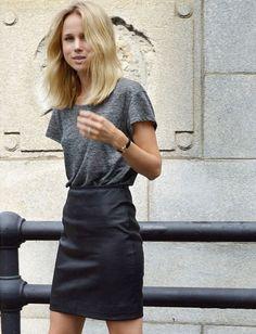 Jupe en cuir taille haute noire + tee-shirt loose gris = le bon mix (instagram Elin Kling)
