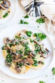 Creamy white wine mushroom spinach ravioli - 30 minute pasta recipe with light, flavorful sauce, mushrooms, spinach, and cheesy ravioli. Mushroom Ravioli Sauce, Mushroom White Wine Sauce, Ravioli Sauce Recipe, Spinach And Cheese Ravioli, Spinach Pasta, Spinach Stuffed Mushrooms, Mushroom Alfredo, Veggie Recipes, Pasta Recipes
