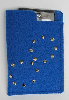małe etui na komórkę z filcu ozdobione ćwiekami  small pouch for a cell of felt decorated with studs