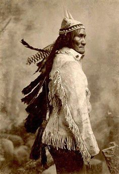 Geronimo (called Goyathlay, One Who Yawns) Born June, Bedonkohe Apache tribe from No-doyohn Canon, Arizona. In at age he was admitted to the Council of the Warriors, married a woman named Alop and had 3 children. Native American Photos, Native American Tribes, Native American History, American Indians, Geronimo, Native Indian, Apache Indian, Indian Art, Sioux