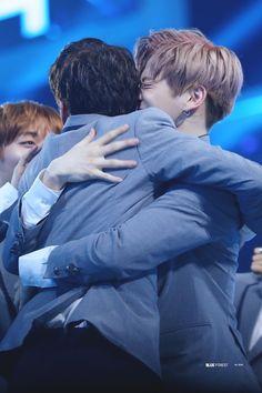 Look how happy Daniel is when Seong Woo got in .love how he hug him hahaha Daniel K, Blue Forest, Kpop Couples, Ong Seongwoo, Woo Young, Produce 101 Season 2, Kim Jaehwan, Ha Sungwoon, My Destiny