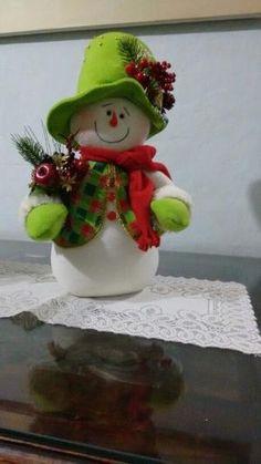 Muñecos de Navidad by katie Christmas Clay, Felt Christmas Ornaments, Christmas Makes, Christmas Snowman, Christmas Projects, Christmas Wreaths, Christmas Decorations, Christmas Holidays, Felt Snowman