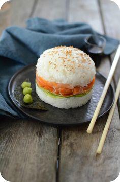 On cherche toujours de l'originalité en cuisine et aujourd'hui ça va être le sushi, mais pas n'importe lequel ! C'est un sushi en forme de burger, garni de truite fumée française de la marque Ovive et de tranches d'avocats. Je ne sais pas si vous connaissez...