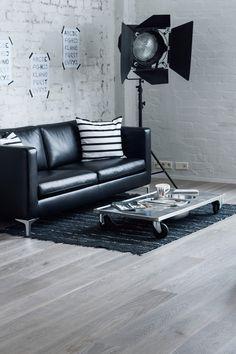 Parchetul din lemn de stejar Shadow Grey tip dusumea va propune un joc de lumini si umbre ce va face din caminul tau o vedeta. Viata, traita ca intr-o sala de spectacol, iti trezeste spiritul creativ. Suprafata parchetului din stejar Shadow Grey este periata si finisata cu ulei. Barcelona Chair, Love Seat, Lounge, Couch, Modern, Furniture, Interior, Design, Home Decor