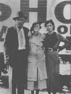 Marie Barrow (Clyde's sister) with parents Bonnie And Clyde Quotes, Bonnie Clyde, The Babadook, Bonnie Parker, Bank Robber, Jesse James, Old West, Famous People, Gangsters