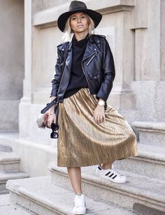 Jupe dorée + perfecto en cuir noir + baskets blanches = le bon mix (blog Noholita)