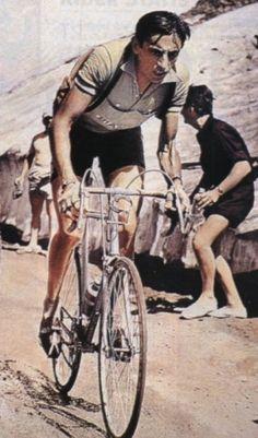 Fausto Coppi (nacido el 15 de septiembre de 1919 en Castellania, Provincia de Alessandria - fallecido el 2 de enero de 1960 en Tortona, Provincia de Alessandria) fue un ciclista italiano, apodado Campionissimo y l'Airone. Considerado como uno de los más grandes ciclistas de todos los tiempos. Pentacampeón del Giro de Italia, en 1949 se proclamó campeón de la ronda italiana y del Tour de Francia, convirtiéndose en el primero de los pocos corredores de la historia en conseguirlo.