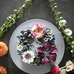 ㅡ 명도가낮고맑은색과 명도가낮은탁색의 조화.  조용한분위기. Plain soo  ㅡ  #flower #cake #flowercake #partycake #birthday #weddingcake #buttercreamcake #buttercream #designcake #soocake #플라워케익 #수케이크 #꽃스타그램 #버터크림플라워케이크 #베이킹클래스 #플라워케익클래스 #생일케익 #수케이크  www.soocake.com vkscl_energy@naver.com