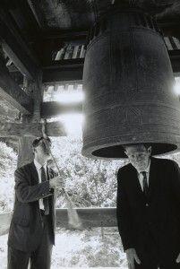 John Cage es una importante figura del arte contemporáneo, no solo por sus evidentes aportaciones en la música sino también en su faceta de pensador, escritor y filósofo, incluida su aportación al nacimiento del Happening.