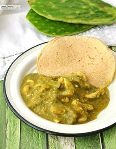 Pollo en salsa verde con nopales. Receta tradicional mexicana