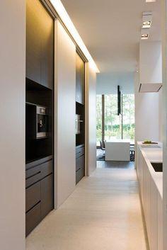 j'apprécie le plus dans ces cuisines design aussi Kitchen Dinning, New Kitchen, Kitchen Decor, Design Kitchen, Messy Kitchen, Hidden Kitchen, Interior Minimalista, Cuisines Design, Cabinet Design