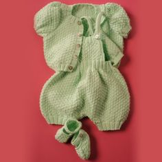 Model knitting bloomer vest slippers, knit whim, in pure organic cotton. Point Mousse, Green Wool, Coton Bio, Garter Stitch, Green Fabric, Baby Accessories, Dinosaur Stuffed Animal, Organic Cotton, Slippers