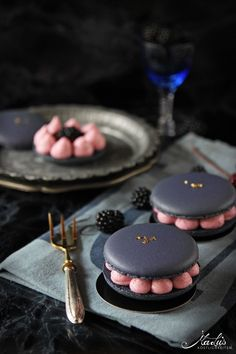 Blackberry macarons – a guest at the La Crema summer festival – Maren Lubbe – fine delicacies - Cupcakes Beaux Desserts, Fancy Desserts, Köstliche Desserts, Dessert Recipes, Cupcake Recipes, Macaron Cookies, Macaroon Recipes, Beautiful Desserts, Cafe Food