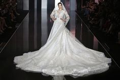Bộ váy cưới với đuôi áo cực dài, xòe rộng thuộc bộ sưu tập Couture Thu Đông 2014-2015 của Ralph & Russo