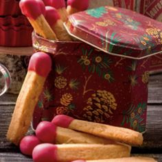 Erdnusscreme und geröstete Erdnüsse sind der Clou in diesem Rezept. Zum optischen Hingucker werden die Plätzchen dank ihrer Form.