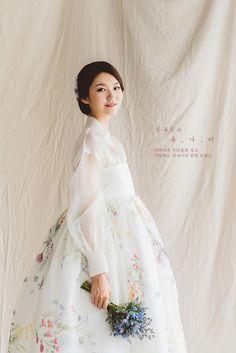 Korean Traditional Dress, Traditional Wedding Dresses, Traditional Fashion, Traditional Outfits, Korean Dress, Korean Outfits, Hanbok Wedding, Fluffy Wedding Dress, Modern Hanbok