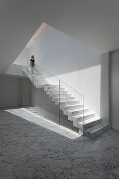 Fran Silvestre Arquitectos designed Aluminum House, a minimal and luxurious white residence located in Madrid, Spain and completed in Photos by: Diego Opazo Read More… Interior Stairs, Home Interior Design, Studio Interior, Contemporary Architecture, Interior Architecture, Escalier Design, Minimal Home, Stair Railing, Railings