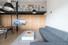 sala-loft-branca-com-detalhes-pretos-parede-com-paineis-em-madeira. RULES Architects.