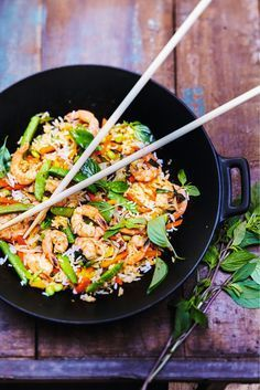 Thailand: Fried rice with vegetables, prawns and basil Thai Wok cooking has become a staple of Asian cuisine: fast and healthy, it appeals to everyone! Source by Mayouyounette I Love Food, Good Food, Surimi Recipes, Asian Recipes, Healthy Recipes, Achiote, Mackerel Recipes, Tagine Recipes, Asian Cooking