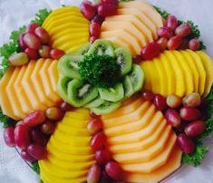>> 50 Pictures of Unique and Creative Food Recipes - Web Delicious Fruit Buffet, Fruit Dishes, Fruit Trays, Food Trays, Veggie Platters, Veggie Tray, Party Platters, Fruit And Veg, Fruits And Veggies