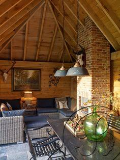 Een gezellig interieur waar de gemetste openhaard mooi tot zijn recht komt! Patio, Country, Outdoor Decor, Home Decor, House, Decoration Home, Rural Area, Room Decor, Country Music
