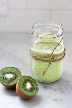 Lekker en gezond: een Avocado Kiwi Smoothie! De twee superfoods avocado en kiwi staan centraal in deze frisse groene smoothie. Zo krijg je de gezonde vetten en vitamine E uit de avocado, plus een megadosis vitamine C en vezels van de kiwi binnen!