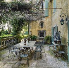 Pergola con arredamenti vintage francesi, villa in Provance